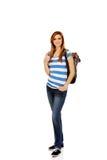 Mujer adolescente de la sonrisa con la mochila Fotos de archivo