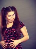 Mujer adolescente divertida que se sostiene el estómago Imágenes de archivo libres de regalías