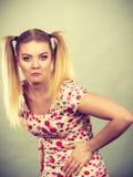 Mujer adolescente divertida que se sostiene el estómago Imagenes de archivo