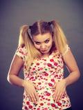 Mujer adolescente divertida que se sostiene el estómago Fotografía de archivo libre de regalías