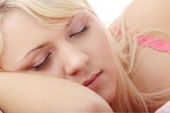 Mujer adolescente en cama Imagenes de archivo
