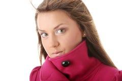Mujer adolescente en capa femenina rosada Foto de archivo libre de regalías