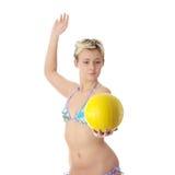 Mujer adolescente en el bikiní que juega a voleibol Foto de archivo libre de regalías