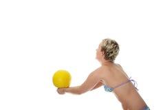 Mujer adolescente en el bikiní que juega a voleibol Fotos de archivo libres de regalías