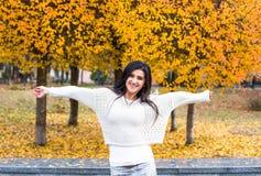 Mujer adolescente en parque de la ciudad del otoño La muchacha se relaja cerca de parque hermoso Imágenes de archivo libres de regalías