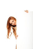 Mujer adolescente feliz con el tablero en blanco Fotos de archivo libres de regalías