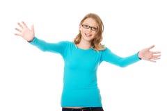 Mujer adolescente feliz con los brazos abiertos de par en par Imagen de archivo libre de regalías