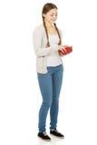 Mujer adolescente feliz con una cartera Fotografía de archivo libre de regalías