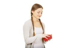 Mujer adolescente feliz con una cartera Fotografía de archivo
