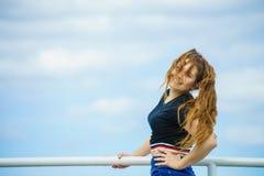 Mujer adolescente feliz contra las nubes Fotos de archivo