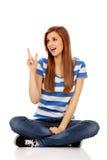 Mujer adolescente feliz que señala para algo Fotos de archivo libres de regalías