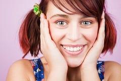 Mujer adolescente fresca alegre feliz Fotos de archivo libres de regalías