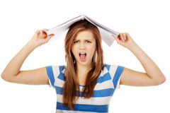 Mujer adolescente frustrada que grita Foto de archivo