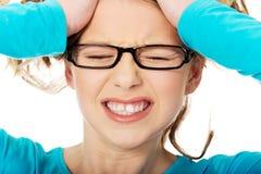 Mujer adolescente frustrada que tira de su pelo Fotos de archivo libres de regalías