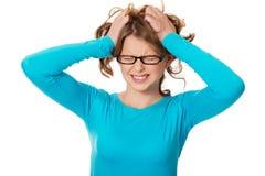 Mujer adolescente frustrada que tira de su pelo Fotografía de archivo