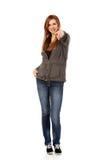 Mujer adolescente hermosa que señala en la cámara Foto de archivo libre de regalías