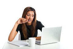 Mujer adolescente india asiática joven atractiva que estudia con el ordenador portátil Imagen de archivo