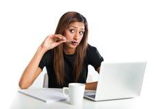 Mujer adolescente india asiática joven atractiva que estudia con el ordenador portátil Imagenes de archivo