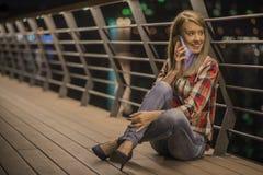 Mujer adolescente infeliz joven del retrato del primer, hablando en el teléfono celular Fotos de archivo libres de regalías