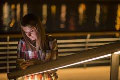 Mujer adolescente infeliz joven del retrato del primer, hablando en el teléfono celular Fotos de archivo