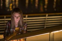 Mujer adolescente infeliz joven del retrato del primer, hablando en el teléfono celular Foto de archivo