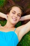 Mujer adolescente joven al aire libre Fotos de archivo libres de regalías