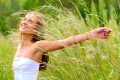 Mujer adolescente joven al aire libre Fotografía de archivo libre de regalías