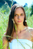 Mujer adolescente joven al aire libre Foto de archivo libre de regalías