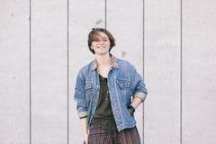 Mujer adolescente joven alegre con la sonrisa del pelo corto aislada en el th Foto de archivo libre de regalías