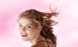 Mujer adolescente joven con el viento en su pelo Foto de archivo