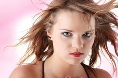 Mujer adolescente joven con el viento en su pelo Fotos de archivo libres de regalías