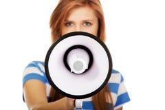 Mujer adolescente joven de griterío con el megáfono Fotografía de archivo libre de regalías