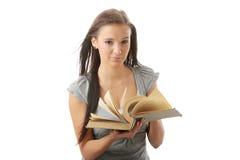Mujer adolescente joven del estudiante que lee un libro Fotografía de archivo libre de regalías