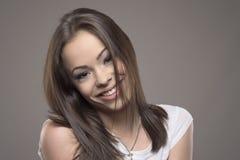 Mujer adolescente joven despreocupada juguetona que presenta y que sonríe en la cámara Imagen de archivo