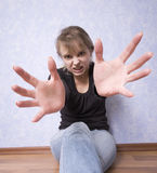 Mujer adolescente joven en el acto a atacar Imagen de archivo
