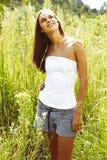 Mujer adolescente joven en hierba Imagen de archivo
