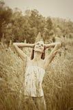 Mujer adolescente joven en hierba Fotos de archivo