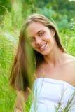 Mujer adolescente joven en hierba Foto de archivo