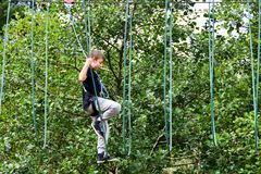 Mujer adolescente joven en una aventura del parque de la cuerda de la copa Foto de archivo libre de regalías