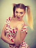 Mujer adolescente joven que es ofendida conseguida la chepa Foto de archivo libre de regalías