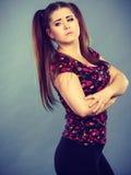 Mujer adolescente joven que es ofendida conseguida la chepa Fotos de archivo
