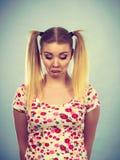 Mujer adolescente joven que es ofendida conseguida la chepa Fotografía de archivo