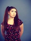 Mujer adolescente joven que es ofendida conseguida la chepa Imágenes de archivo libres de regalías