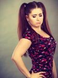 Mujer adolescente joven que es ofendida conseguida la chepa Fotografía de archivo libre de regalías