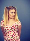 Mujer adolescente joven que es ofendida conseguida la chepa Imagen de archivo libre de regalías