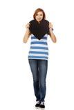 Mujer adolescente joven que lleva a cabo el corazón de papel negro Fotografía de archivo
