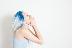 Mujer adolescente joven que llora en blanco Imágenes de archivo libres de regalías