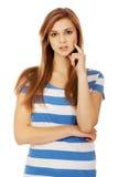 Mujer adolescente pensativa con el finger en mejilla Fotos de archivo libres de regalías