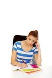Mujer adolescente pensativa que hace la preparación Fotografía de archivo