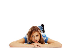Mujer adolescente pensativa que miente en el piso Imágenes de archivo libres de regalías
